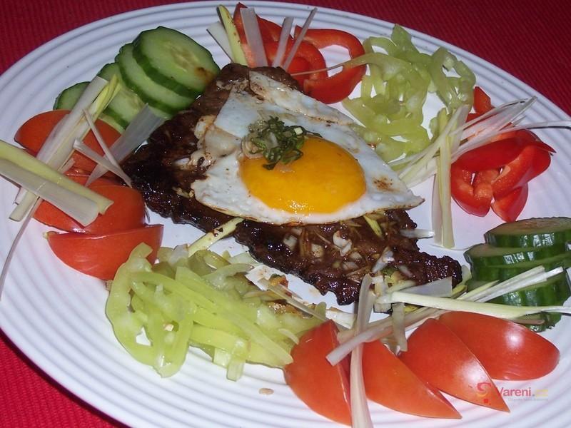 Marinovaný hovězí plátek s vejcem