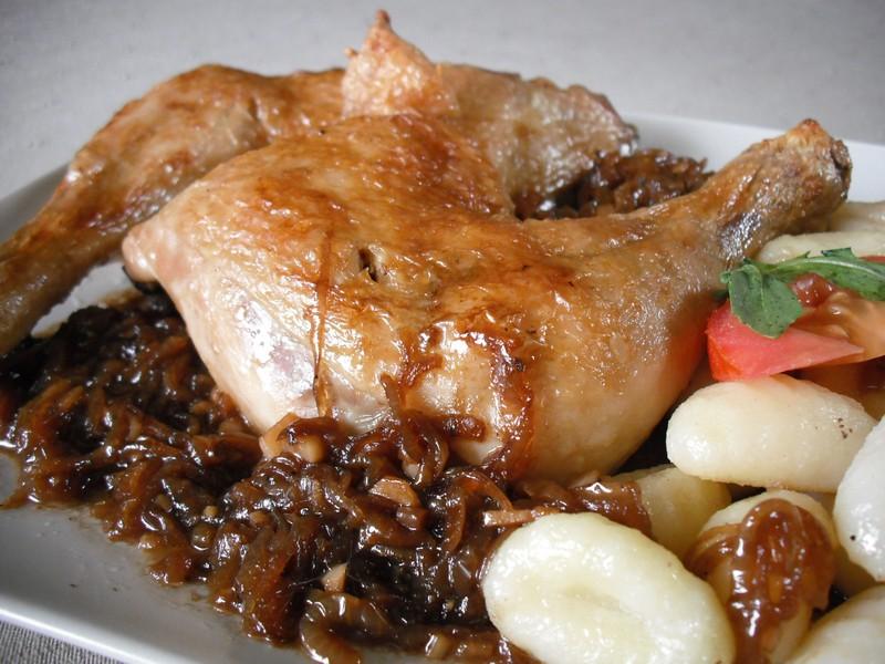 Pečená kuřecí stehna s cibulovo-pivní omáčkou