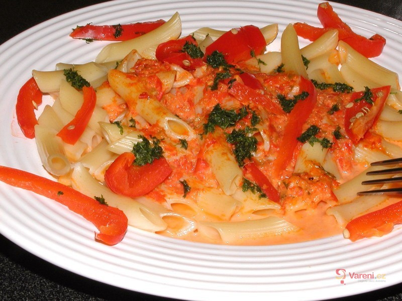 Těstoviny s paprikami a smetanou