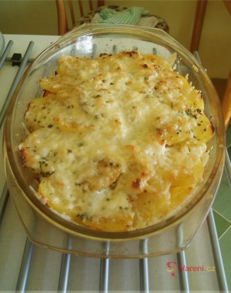Zapečené brambory s kuřecím masem a květákem
