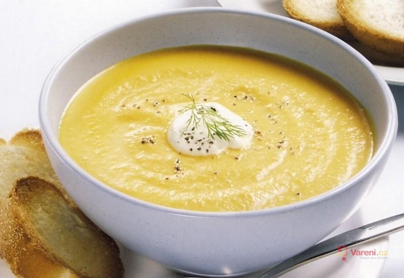 Polévka z mrkve a sladkých brambor