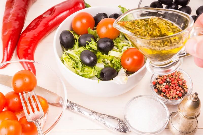 Letní salát s olivami