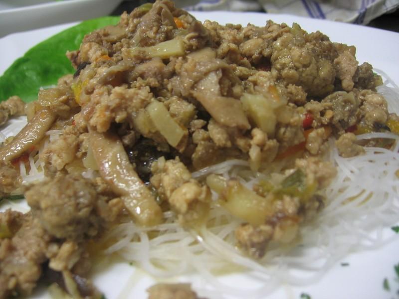 Čínské rýžové nudle s hlívou a mletým masem
