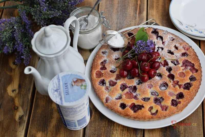 Jogurtový koláč s třešněmi a levandulí