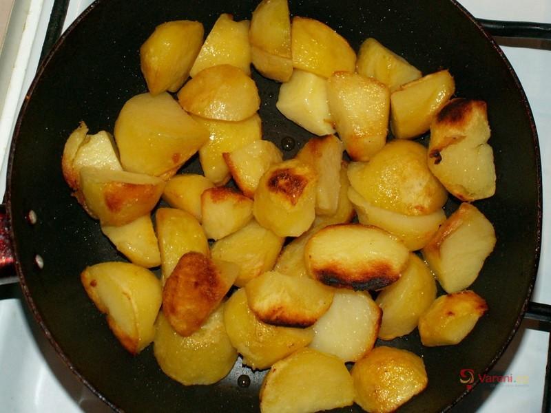 Smažené brambory s jemným párkem