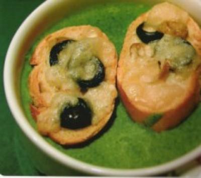 Špenátový krém s olivovými krutony
