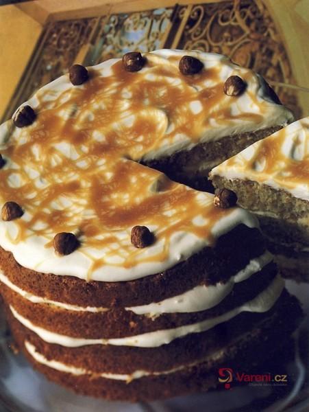 Karamelový dort s lískovými oříšky
