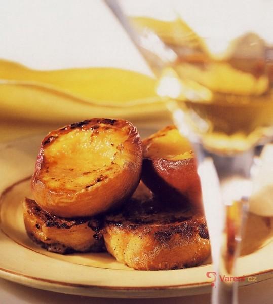 Sladké toasty s grilovanými broskvemi