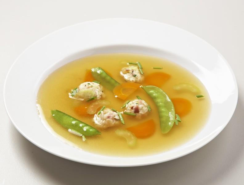 Polévka s tyrolskými knedlíčky a zeleninou