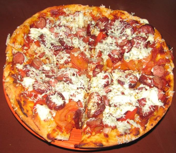 Jogurtová pizza se salámem a nivou