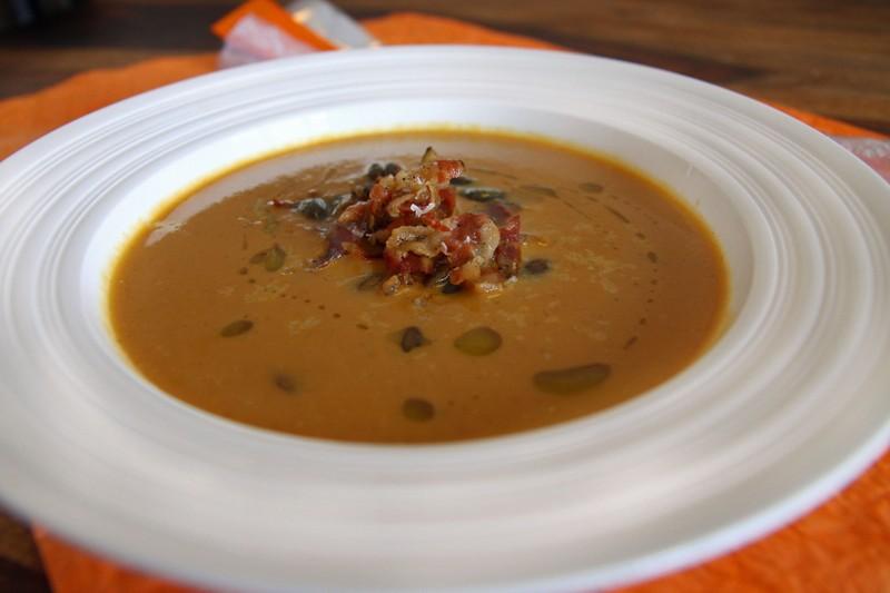 Dýňová polévka zdobená pancettou