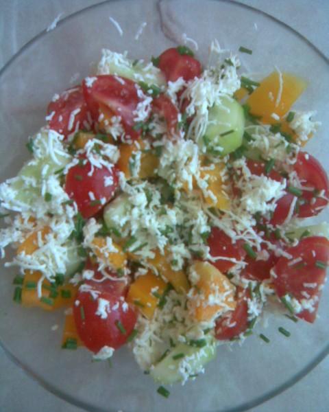 Šopský salát s pečenou paprikou