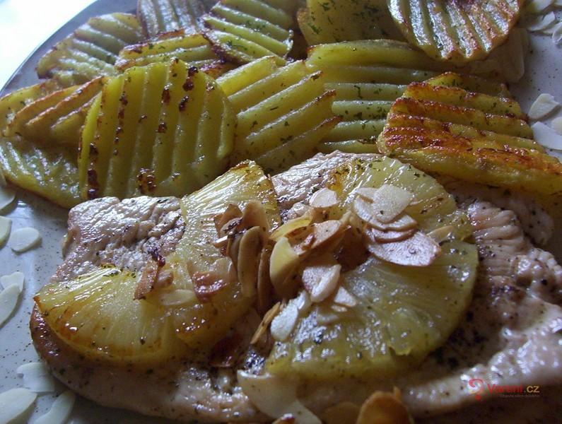 Kuřecí s ananasem a mandlemi