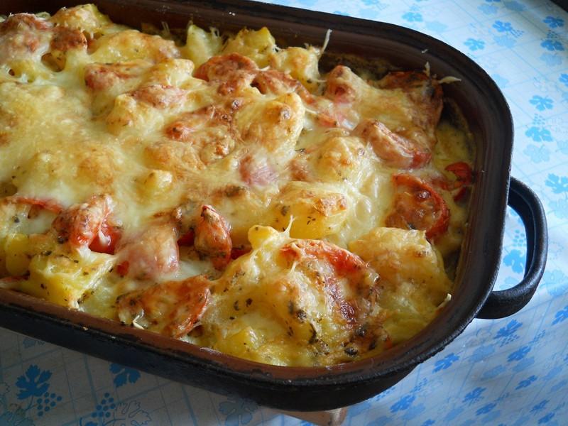 Zapečené brambory se sýrovou omáčkou na bazalce