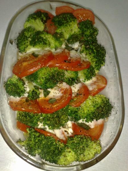 Zapečená brokolice s rajčaty a mozarellou