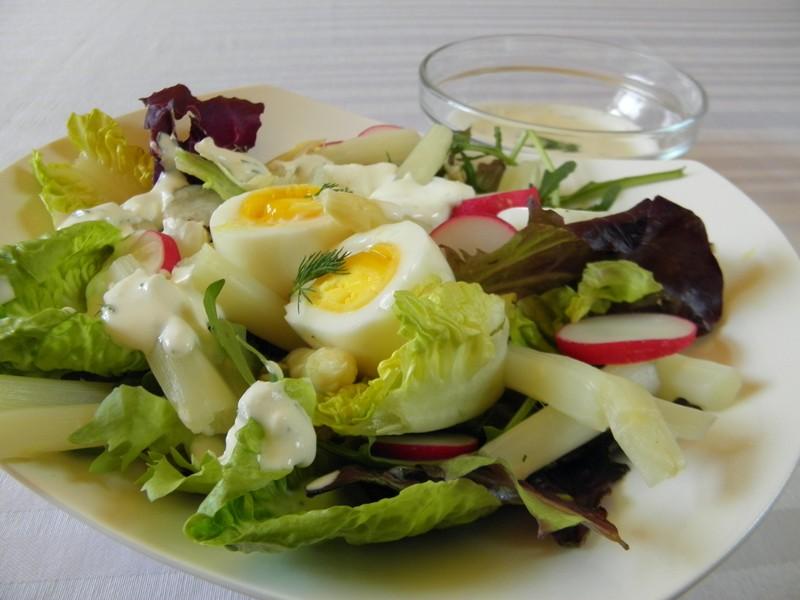 Salát s chřestem a vejci