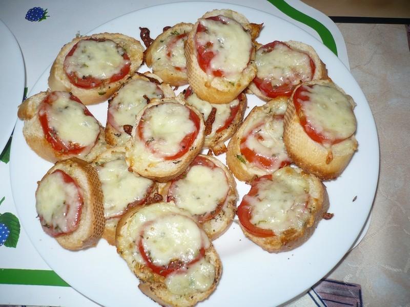 Chuťovka s mozzarellou a rajčaty