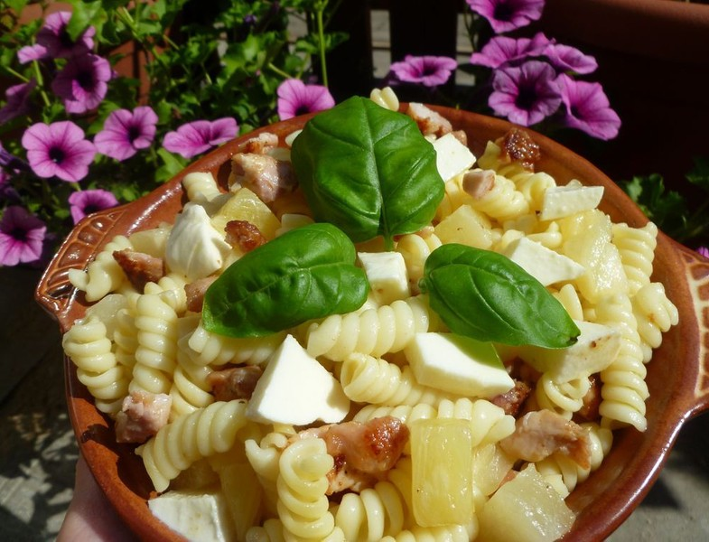 Těstovinový salát s mozzarellou