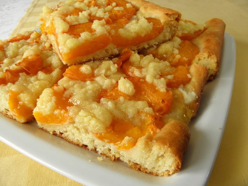 Kynutý koláč s meruňkami a drobenkou