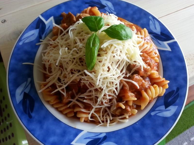 Těstoviny s vepřovým masem a rajčaty