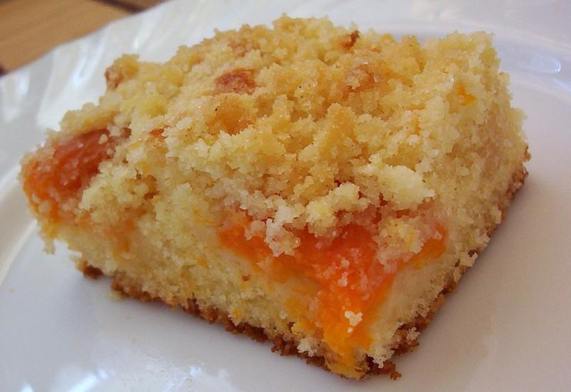 Jemný meruňkový koláč s drobenkou