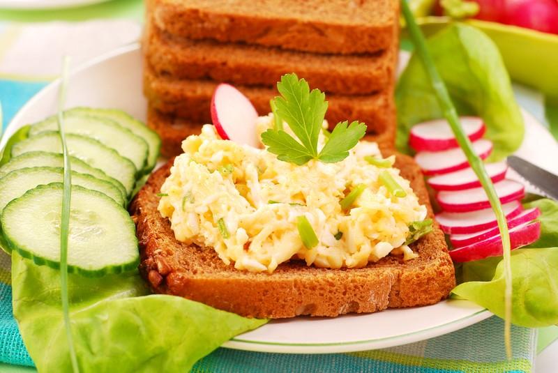 Vaječná omáčka s bylinkami