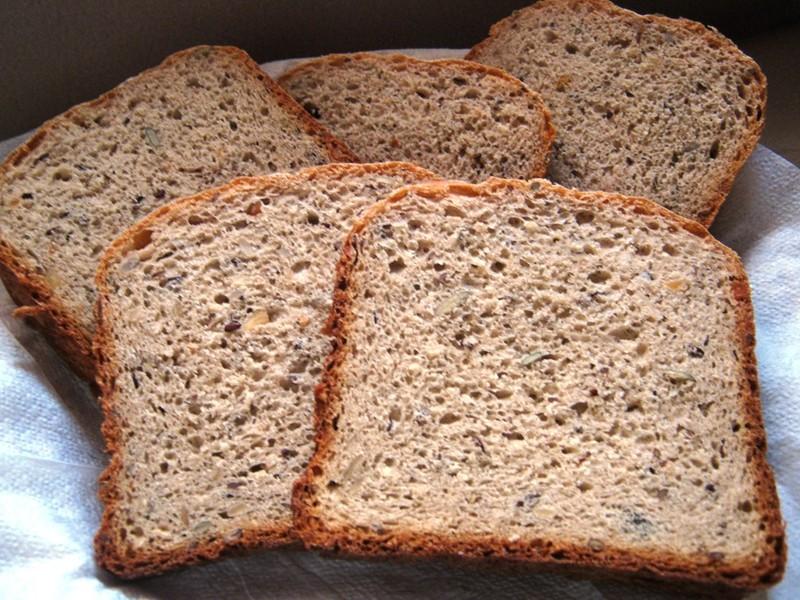 Chléb z domácí pekárny se směsí semínek