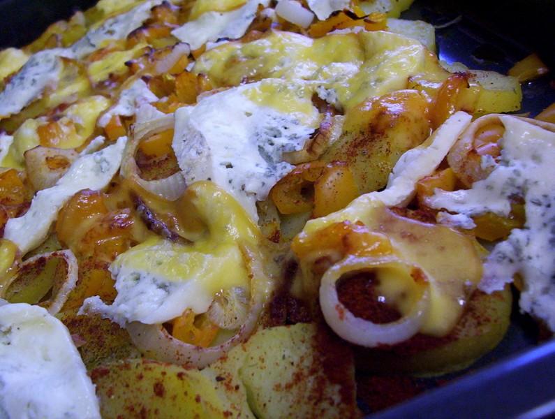 Plátky brambor zapečené s cibulí a sýrem