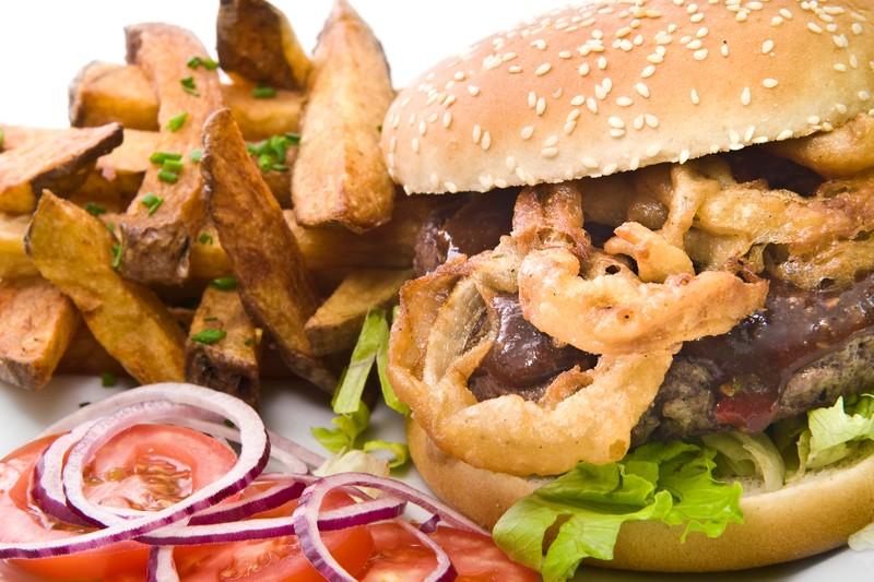 Texaský BBQ burger s cibulovými kroužky