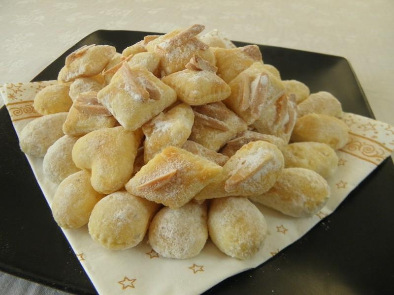 Bílé cukroví s mandlemi