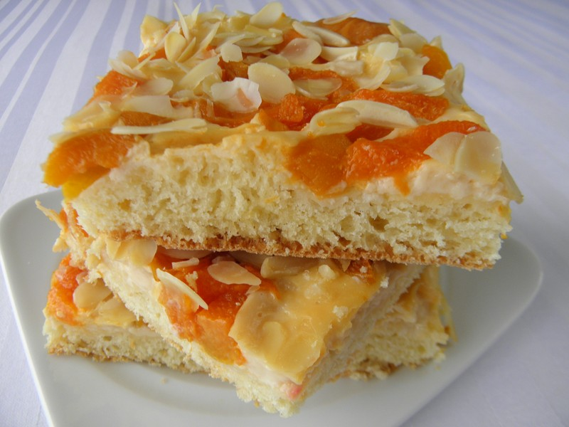 Meruňkový koláč se smetanovým krémem