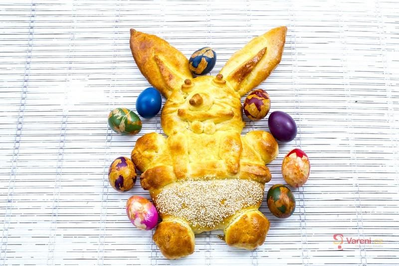 Velikonoční kynutý zajíček s kuřátky