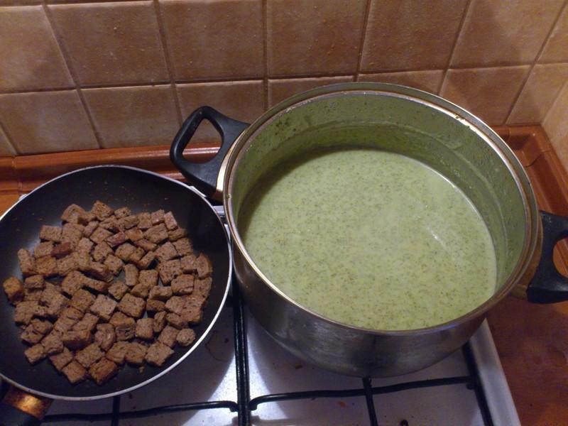 Lehký brokolicový krém s toastovými krutony