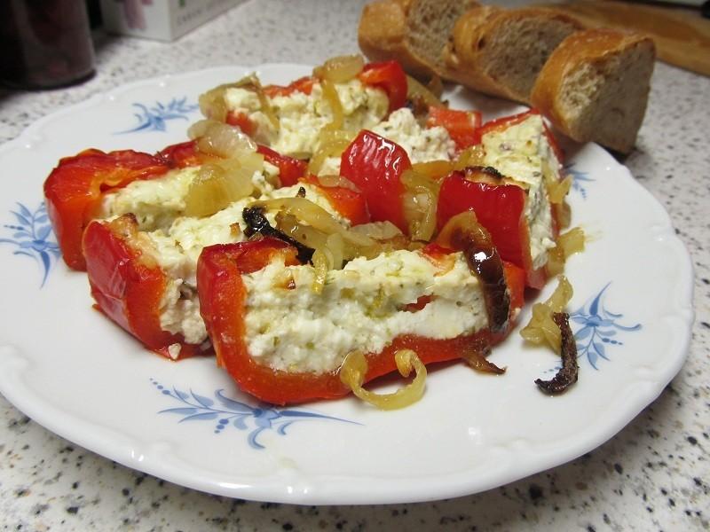 Zapečené papriky plněné balkánským sýrem