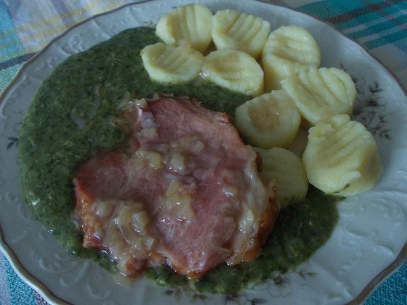 Uzené maso se špenátem a bramborovými špalíčky