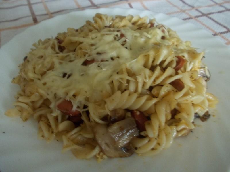 Zapékané těstoviny s uzeninou a žampiony