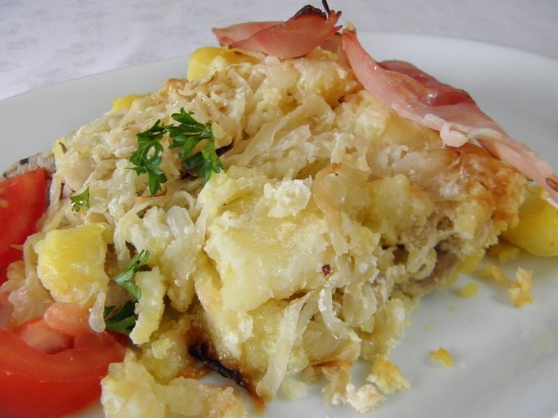 Zapečené maso s bramborem a zelím