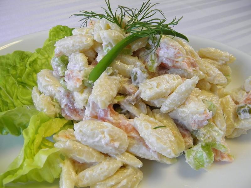 Těstovinový salát s uzeným lososem a kapary