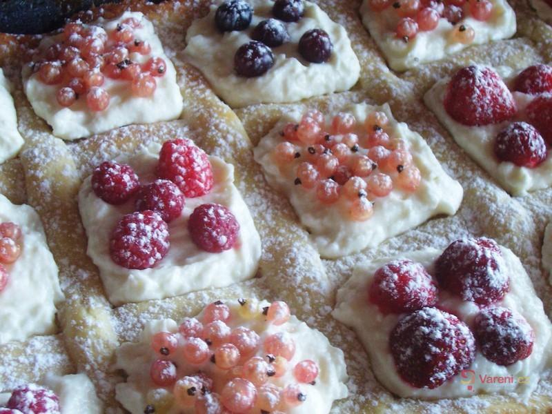 Mřížkovaný koláč s ovocem