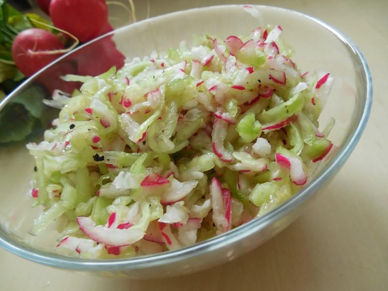 Jednoduchý okurkovo-ředkvičkový salát