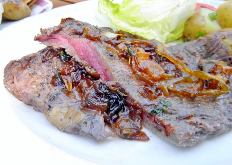 Pepřový flank steak na grilu