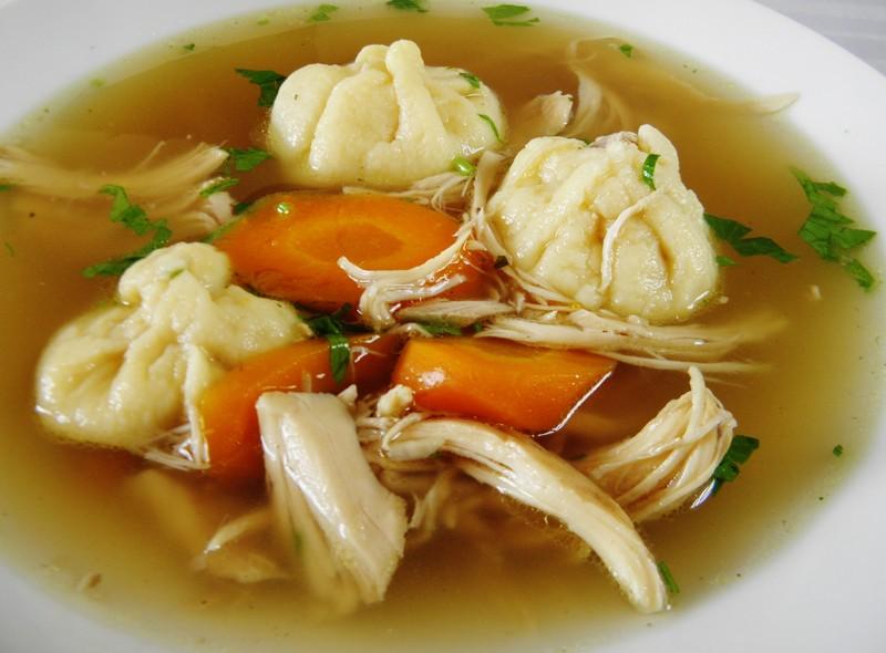 Kuřecí polévka s plněnými knedlíčky