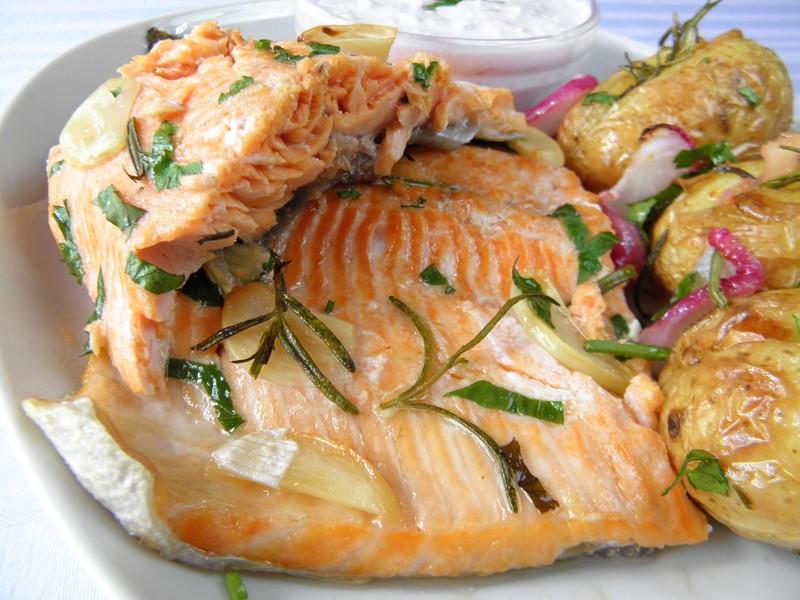 Mořský pstruh pečený na grilu