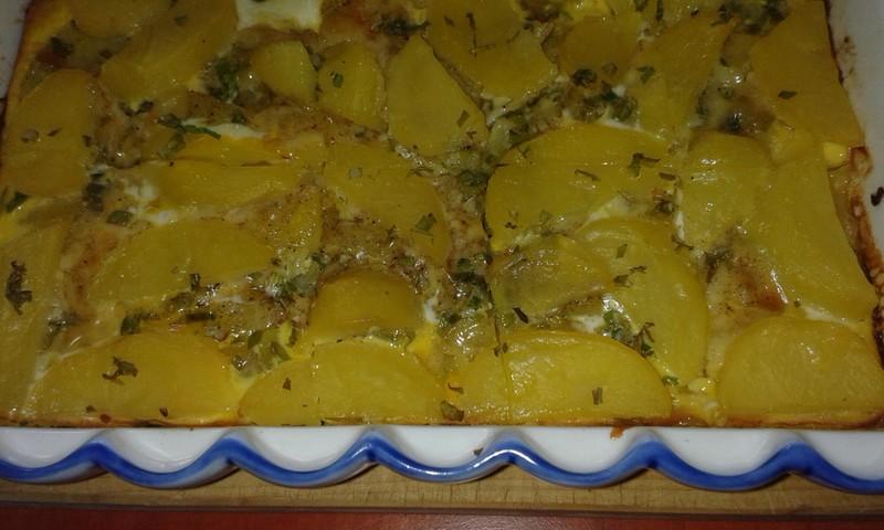 Zapečené brambory s cibulkou a sýrem