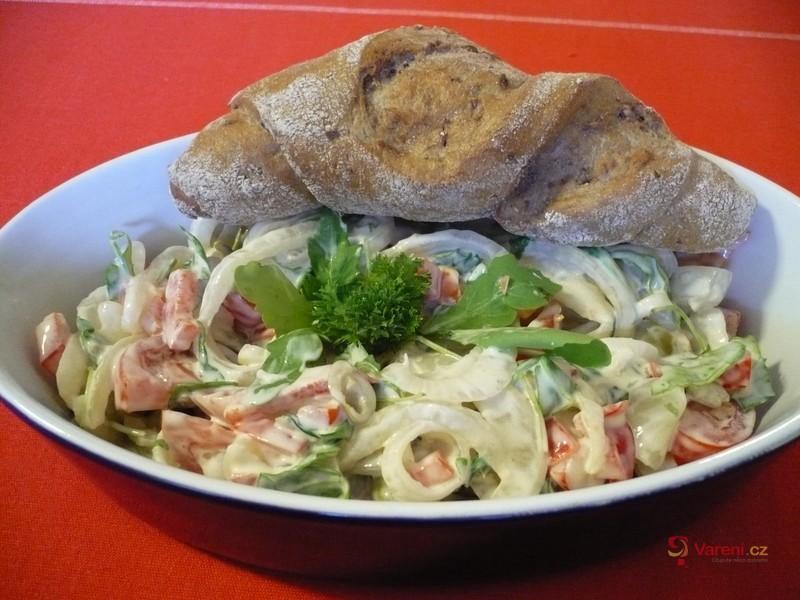 Čerstvý cibulový salát