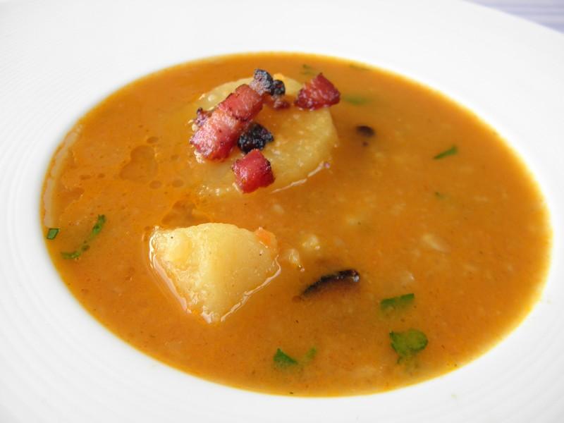 Zeleninová polévka s bramborem a slaninou