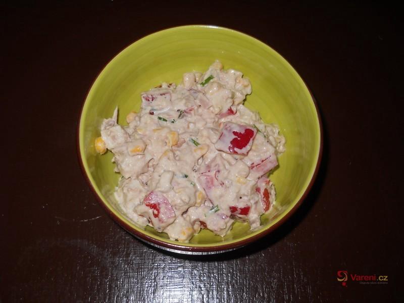 Tuňákový salát s kukuřicí