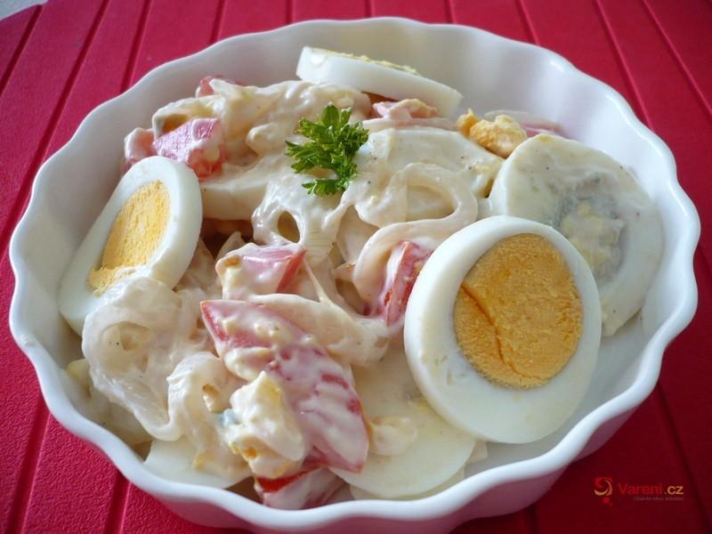 Vajíčkový salát s rajčaty a cibulí