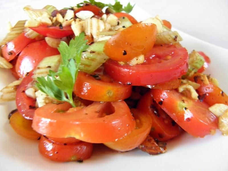 Rajčatovo-celerový salát s oříšky