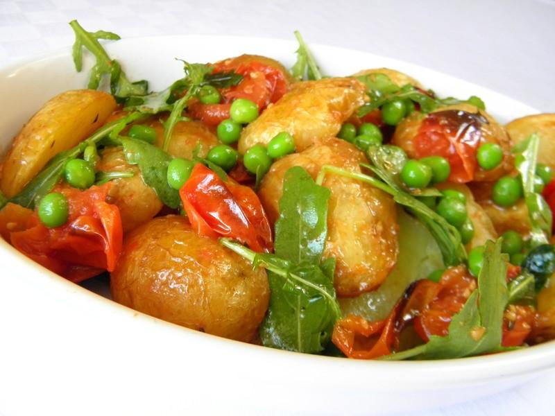 Pečené nové brambory s rajčaty